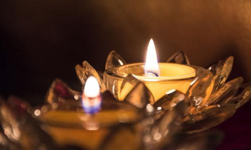 شمعتان مضيئتان