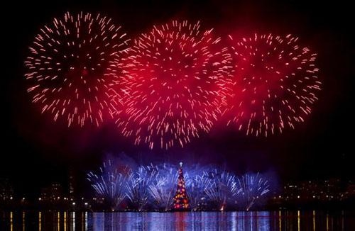 إنارة أكبر شجرة عيد ميلاد عائمة في العالم Akbar-tree_01