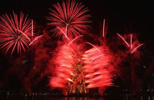 إنارة أكبر شجرة عيد ميلاد عائمة في العالم Akbar-tree_02