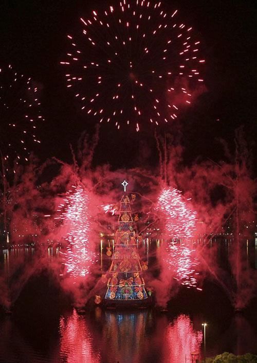 إنارة أكبر شجرة عيد ميلاد عائمة في العالم Akbar-tree_03