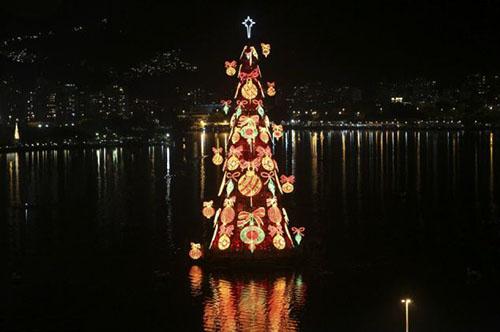 إنارة أكبر شجرة عيد ميلاد عائمة في العالم Akbar-tree_04