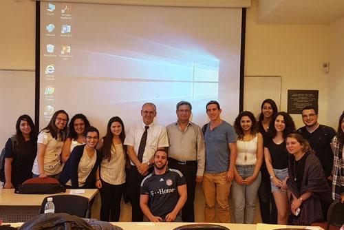 صورة للطلاب مع القاضي جميل ناصر في ختام المحاضرة