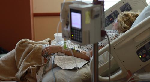 مريضة على سرير المستشفى