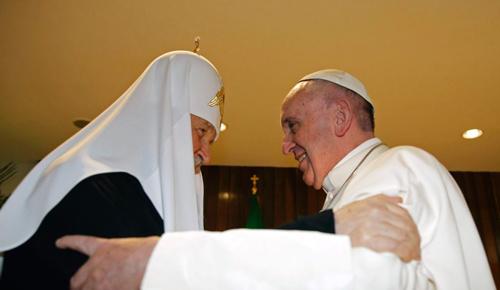 لقاء تاريخي يجمع بابا الفاتيكان فرنسيس الاول مع البطريرك الارثوذكسي الروسي كيريل