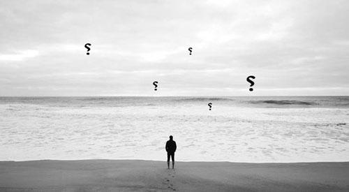 شخص متحير على شاطئ البحر