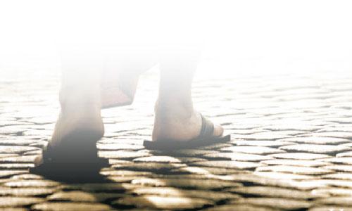 صورة ترمز لاقدام المسيح يسير على الارض