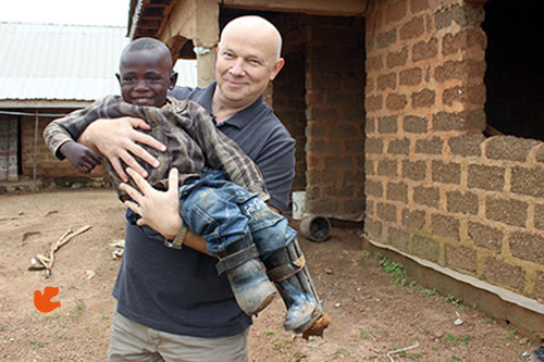 المبشر التشيكي بيتر جاسيك يحمل طفلا سودانيا
