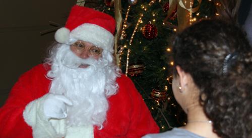 بابا نويل يتحدث مع طفلة مسيحية