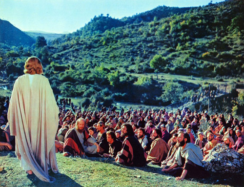 يسوع يعظ للجموع