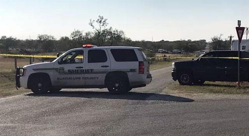 سيارة شرطة في تكساس بعد فتح مسلح النار في كنيسة وقتل 26 مصليا