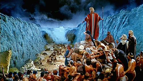 موسى يشق البحر