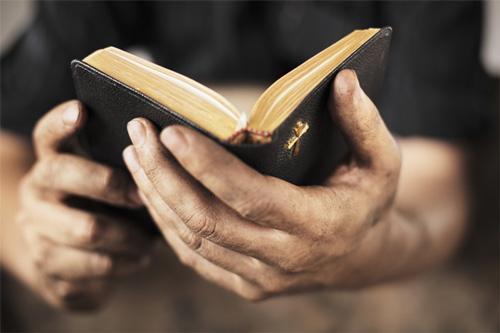 رجل يقرأ الانجيل