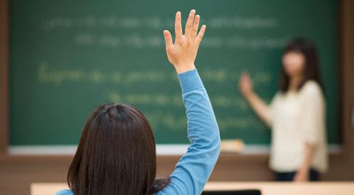 معلمة وطالبة