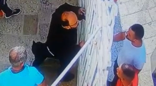 فلسطيني يطعن كاهن مسيحي