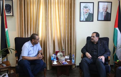 الوزير صبري صيدم ومدير مكتب الخدمة المتجولة رامي فيلمون