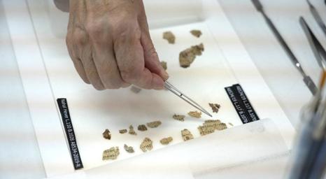 اكتشاف قصاصات من جلد لمخطوطات من الكتاب المقدس عمرها 2000 عام