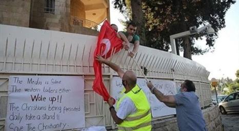 القدس: رفع العلم البيزنطي على القنصلية التركية وإحراق العلم التركي احتجاجًا على قرار آيا صوفيا