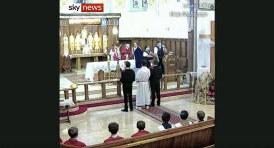 بريطانيا: الشرطة تداهم كنيسة أثناء خدمة الجمعة العظيمة