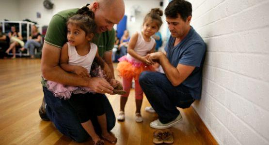 كاثوليك يدعمون وضع الأطفال مع البالغين المثليين