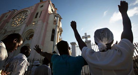 الشرطة في هاييتي تطلق الغاز المسيل للدموع على جماهير كاثوليكية