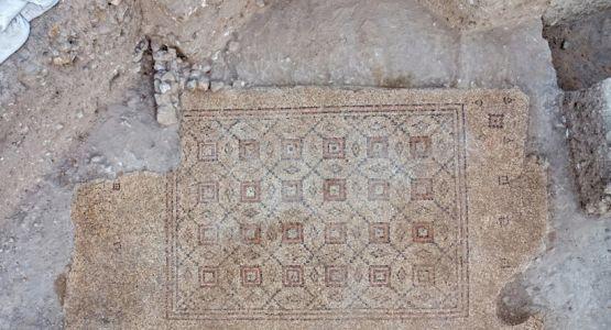 علماء الآثار في اسرائيل يعثرون على فسيفساء عمرها 1600عام