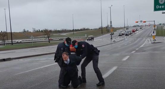 الشرطة الكندية تعتقل قسًا لعقده تجمع غير قانوني