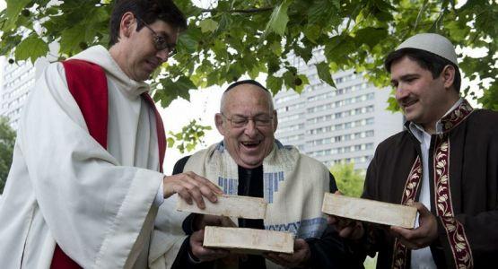 كنيس وكنيسة ومسجد معا في برلين