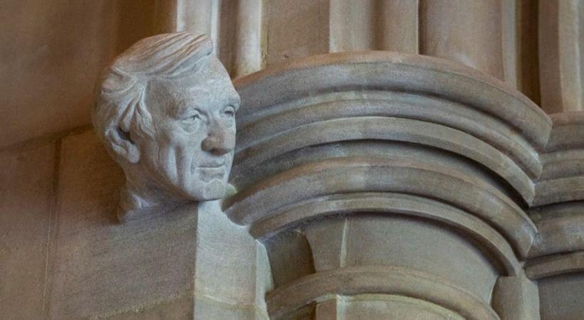 كاتدرائية واشنطن الوطنية تنصب على حجر منحوت تمثالا لناجي من الهولوكوست
