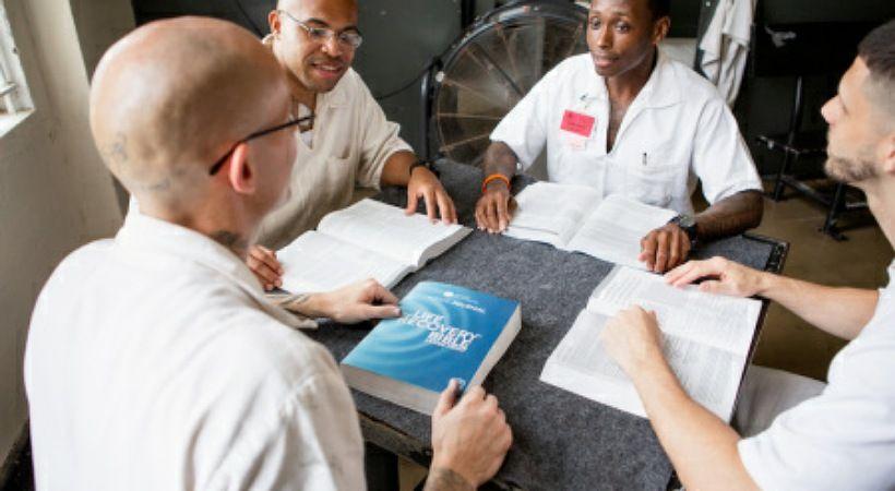100 ألف نسخة انجيل وزعت على السجناء في الولايات المتحدة خلال الجائحة