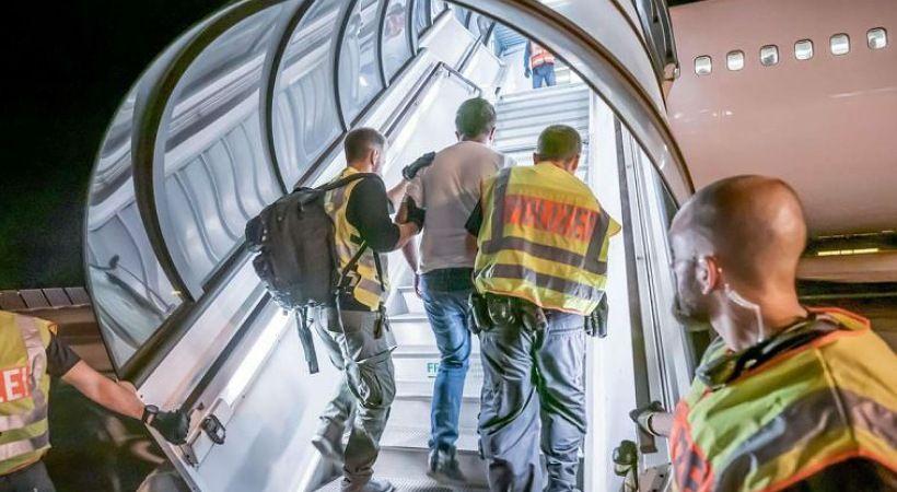 انتقادات لألمانيا لترحيلها طالبي لجوء مسلمين اعتنقوا المسيحية