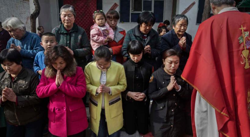 المسؤولون الصينيون يضايقون أعضاء كنيسة لمنع المؤمنين الجدد من التعميد