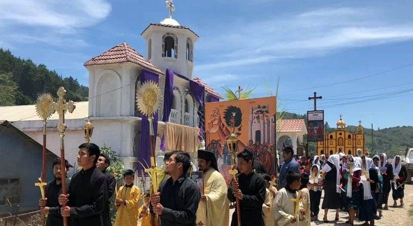بقيادة الأب الثوري: السكان الأصليون في غواتيمالا يلجأون إلى المسيحية