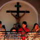 متطرفون مسلمون مراهقون يهاجمون كنيسة في الفلبين ويمطرون المبنى بالرصاص