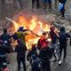 المتظاهرون في تشيلي ينهبون كنيسة تاريخية ويضرمون النار في جامعة