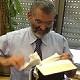 عضو الكنيست بن آري يمزق العهد الجديد امام الكاميرا
