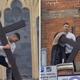 تصوير رجل وهو يحاول إزالة صليب خشبي كبير من أمام كنيسة بشرق لندن