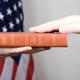 حوالي نصف الأمريكيين يعتفدون أن الكتاب المقدس يجب أن يؤثر على قوانين الولايات المتحدة